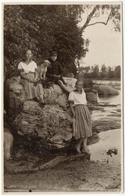 Rembates pagasts. Šteinu bērni - Lidija, Elfrīda, Harijs pie Kalnrēžu klintīm Ogres upē