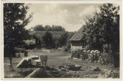 Rembates pagasts. Zemnieku saimniecības Ogresziedi mājas pagalms ar būvmateriāliem