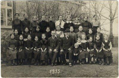 Rembates pagasts. Rembates pamatskolas skolēnu un skolotāju grupas foto