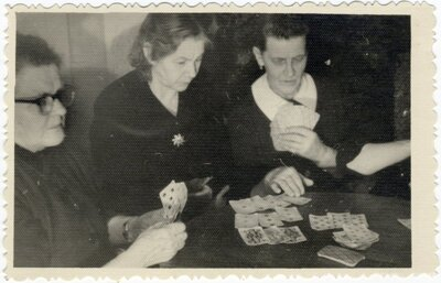 Rīga. Dāmas spēlē kārtis