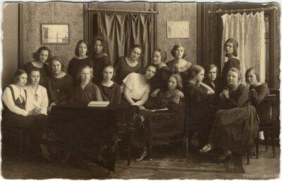 Rīgas 2. vidusskolas skolniecies. Grupas fotogrāfija
