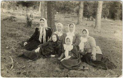 Rembates pagasts. Rembates pamatskolas skolnieces zālienā pie mežmalas