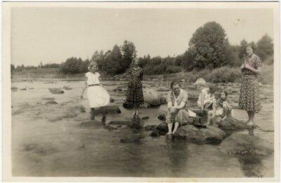 Rembates pagasts. Jaunas sievietes un meitenes Ogres upē starp akmeņiem