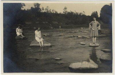 Rembates pagasts. Jaunas sievietes Ogres upē uz akmeņiem pie Dindonu mājām