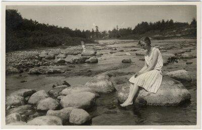 Rembates pagasts. Lidija Zakēviča sēž uz akmens Ogres upē netālu no Dindonu mājām