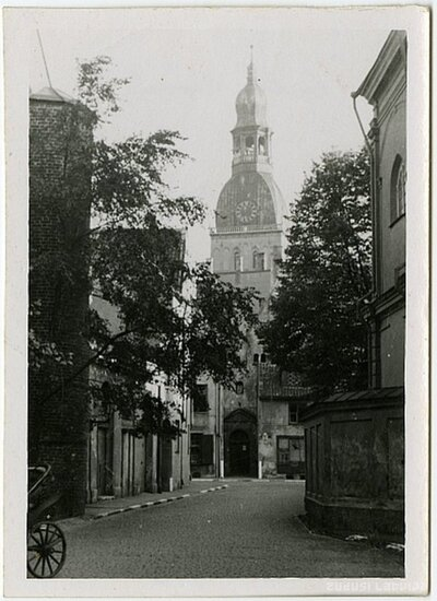 Vecrīga. Skats no Klostera ielas uz Rīgas Doma baznīcu un