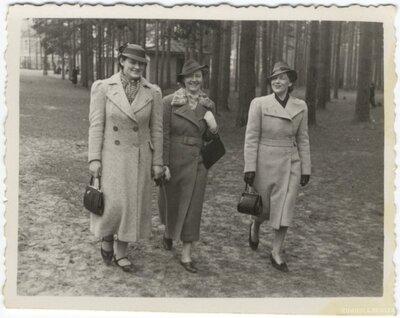 Rīga. Trīs dāmas pastaigā Mežaparkā