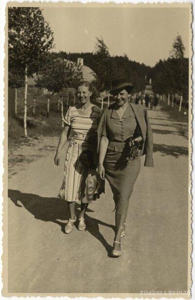 Ogre. Divas dāmas pastaigā pa Andreja ielu Pārogrē