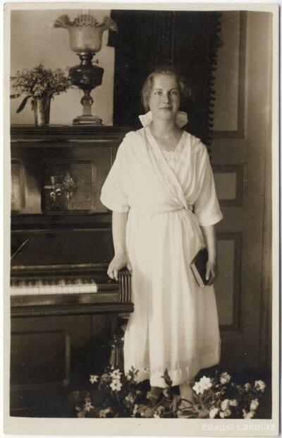 Rīga. Lidija Šteina iesvētību dienā istabā pie klavierēm