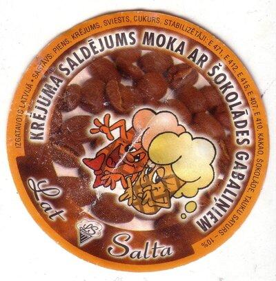 Krējuma saldējums moka ar šokolādes gabaliņiem. Etiķete