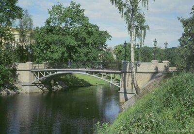 Gājēju tilts pār kanālu pie Operas Rīgā