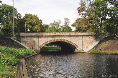 Tilts pār pilsētas kanālu Brīvības bulvārī Rīgā