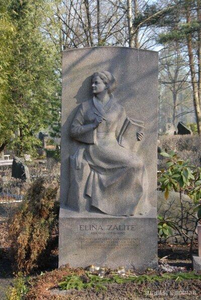 Rīgas Raiņa kapi. Dzejnieces un rakstnieces Elīnas Zālītes kapa piemineklis