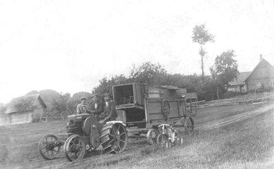 """Kuļmašīnas """"Imanta"""" pārvešana no Veclaicenes pagasta """"Miezīšu"""" mājām"""