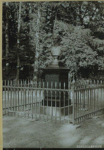 Grāfa Zīversa biste Cēsu pils parkā