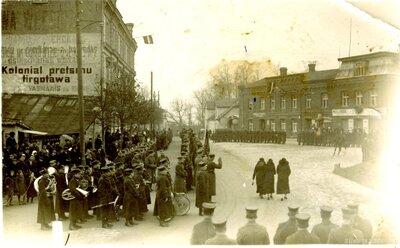 Cēsis. Latvijas armijas parāde Uzvaras laukuma un Lenču ielas stūrī