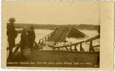 Sagrautais koka tilts pār Ventu pie Skrundas