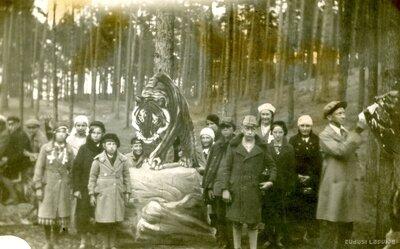 Rīgas Zooloģiskā dārza ieeja. Ekskursanti
