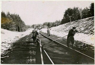 Dzelzceļnieki darbā pie Amatas stacijas