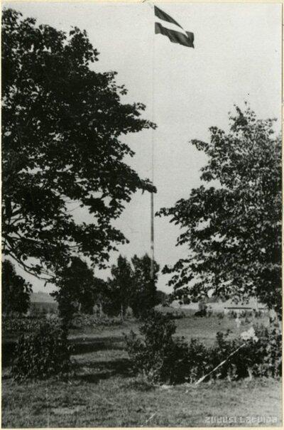 Latvijas karogs Sermuļu mājas pagalmā
