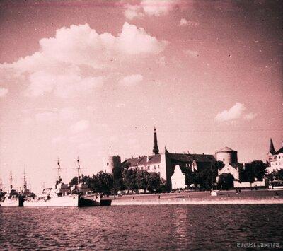 Rīgas pils un vācu kara kuģi Daugavā