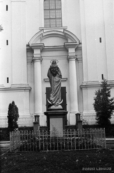 Vissvētākās jaunavas Marijas skulptūra pie Krāslavas Sv Ludvika katoļu baznīcas