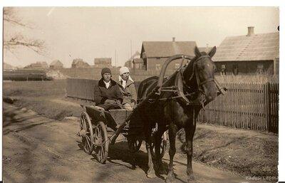 Mazsalaca. Sievietes zirga pajūgā