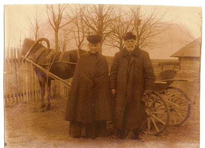 Sarkaņu pagasts. Saimnieku pāris pie zirgu pajūga Patkulē