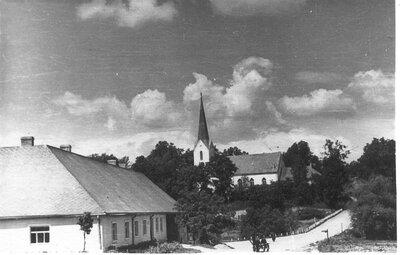 Koknese. Skats uz Kokneses luterāņu baznīcu un Maskavas krogu