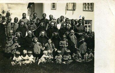 Skaistkalnes bērnu patversmes audzēkņi un klostera māsas