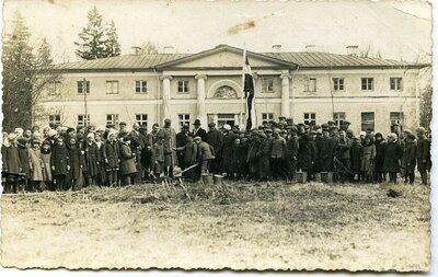 Meža dienu dalībnieki Paņemunē pie Budbergas muižas pils