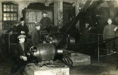 Bauskas elektrostacijas iekštelpa un darbinieki