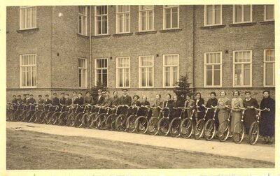 Skolnieku grupa pie Ventspils 1. ģimnāzijas