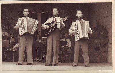 Alfrēds Vinters ar grupu frontes teātrī