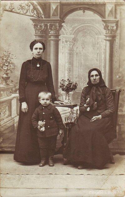 Aumeisteri. Ķieģeļnīcas īpašnieka Karla Padetz sieva ar bērniem
