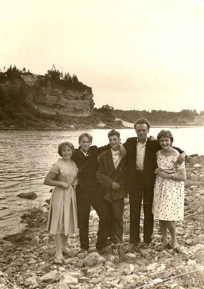 Ekskursantu grupa pie Oliņkalna. Skats uz Sēlpils pilskalnu