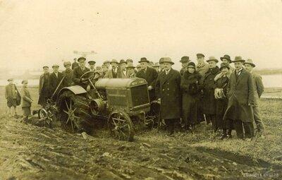 Ventspils. Zemes aršana ar traktoru