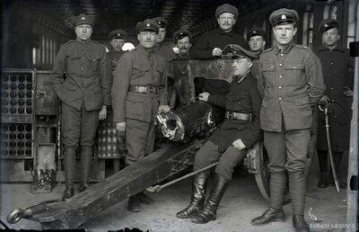 Latvijas Brīvības cīņu artilēristu grupa pie lielgabala