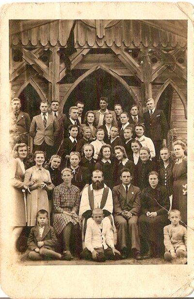Viļakas katoļu draudzes locekļi pie baznīcas plebānijas