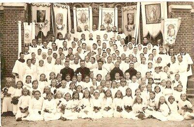 Pirmā svētā komūnija pie Viļakas katoļu baznīcas