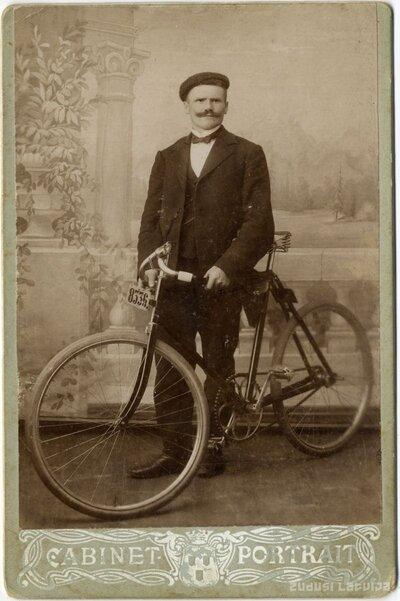 Vīrieša portrets ar velosipēdu