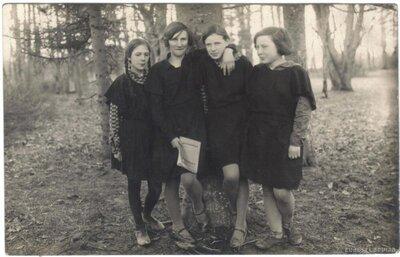 Kapsēdes pagasta skolēni Kapsēdes muižas parkā