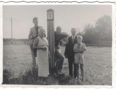Ģimene pie Liepājas pilsētas robežstaba