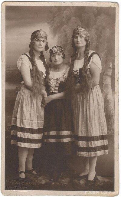 Sievietes tautastērpos. Portrets