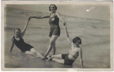 Sievietes Liepājas pludmalē
