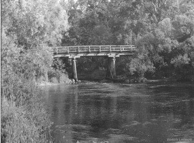 Melnais tilts pār Braslas upi pie Mazstraupes muižas
