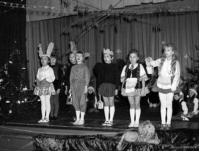 Bērnu deju kolektīva jaungada eglīte Kauguru kultūras namā 1980. gada 28. decembrī