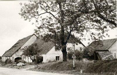 Krogs pie Kabiles luterāņu baznīcas