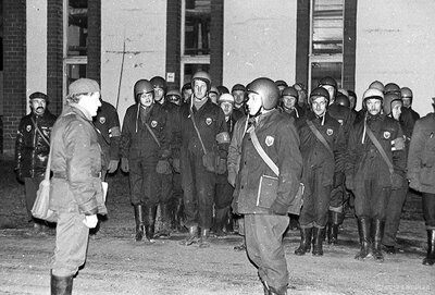 Civilās aizsardzības mācību dalībnieki 1980.gada novembrī