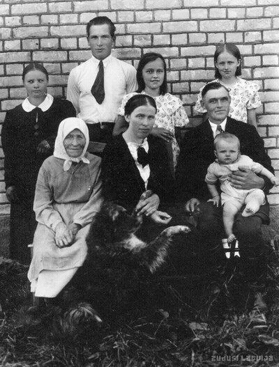 Odzienas aizsargu jātnieku vada komandieris Edvards Krūmiņš ar ģimeni